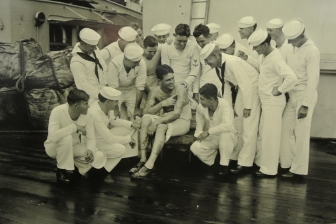 Un marin tatoué qui parle à ses compagnons d'équipage. États-Unis, 14 juillet 1928